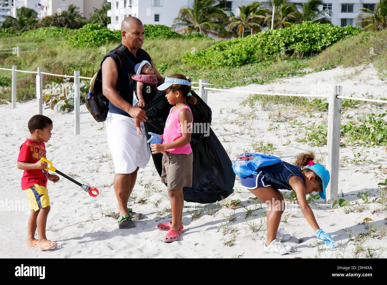 Miami Beach Florida International Lummus Park bénévoles nettoyage des côtes homme noir bébé fille garçon enfants Banque D'Images