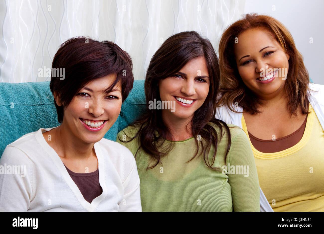Groupe diversifié de femmes parler et rire. Photo Stock