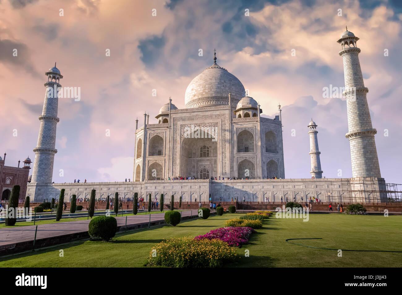 Taj Mahal à Agra en Inde avec un beau ciel coucher de Moody. Site du patrimoine mondial de l'UNESCO à Photo Stock