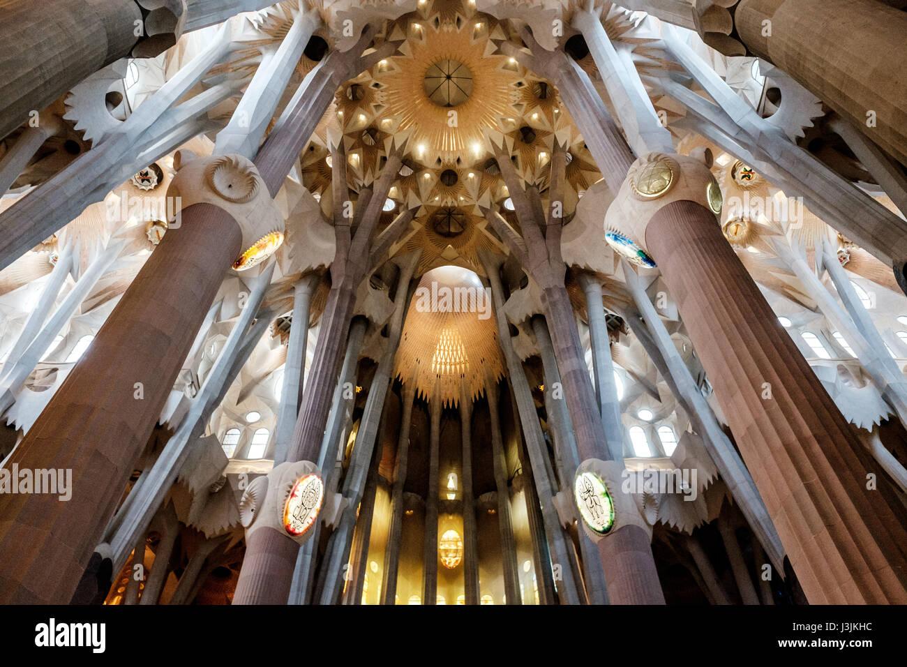 À l'intérieur de la Sagrada Familia de Barcelone, Espagne. Dieu et l'apex de l'intérieur. Photo Stock