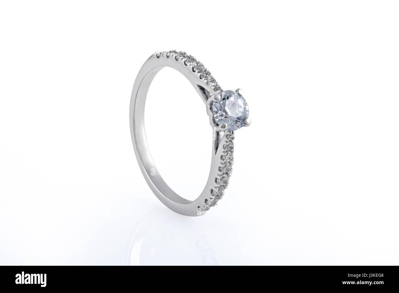 Alliance en or blanc, bagues de diamants sur fond blanc Banque D'Images