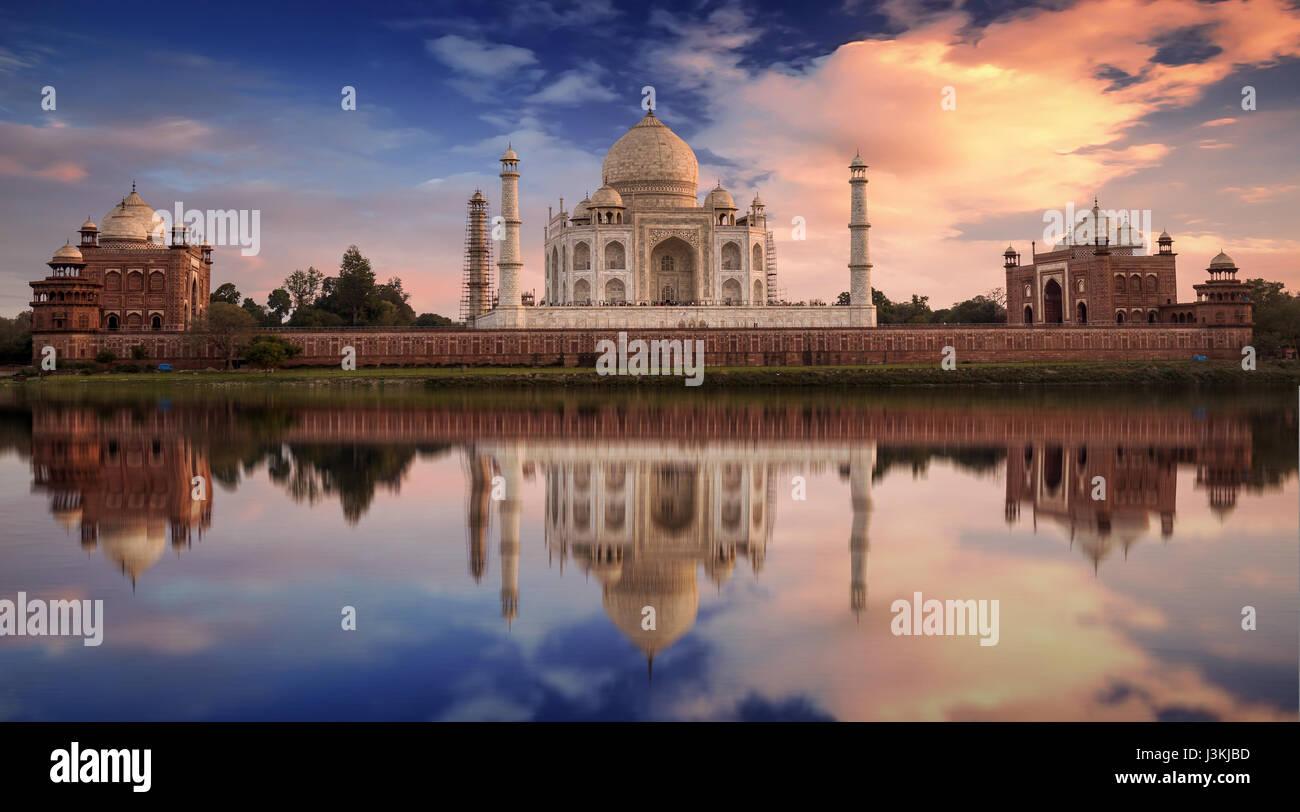 Taj Mahal coucher du soleil vue depuis les rives de la rivière Yamuna. Taj Mahal est un mausolée en marbre Photo Stock