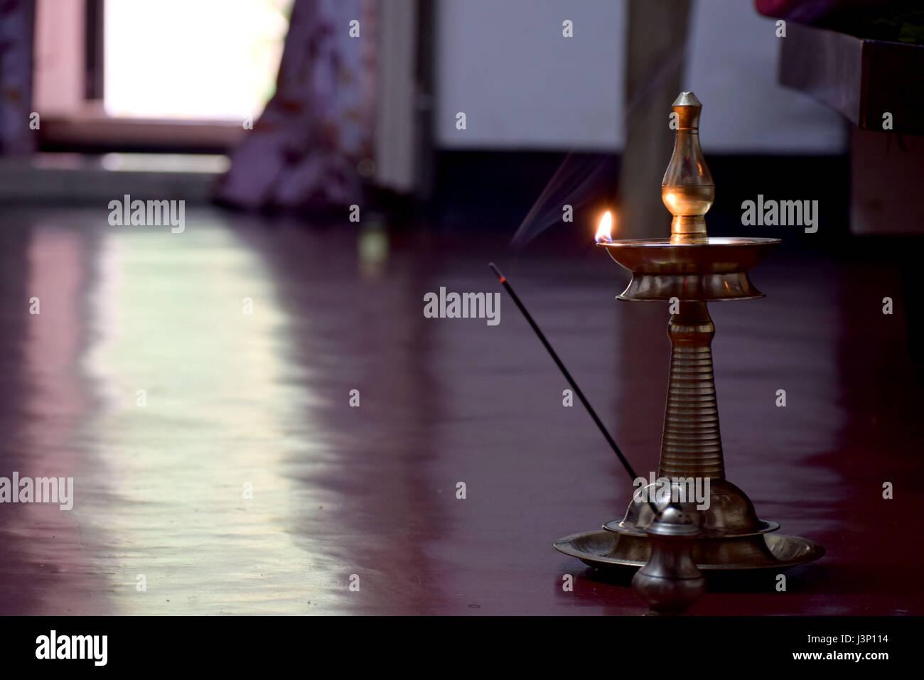 Les gens en Inde utilisée pour allumer la lampe tous les jours matin et soir dans la dévotion à Dieu Photo Stock