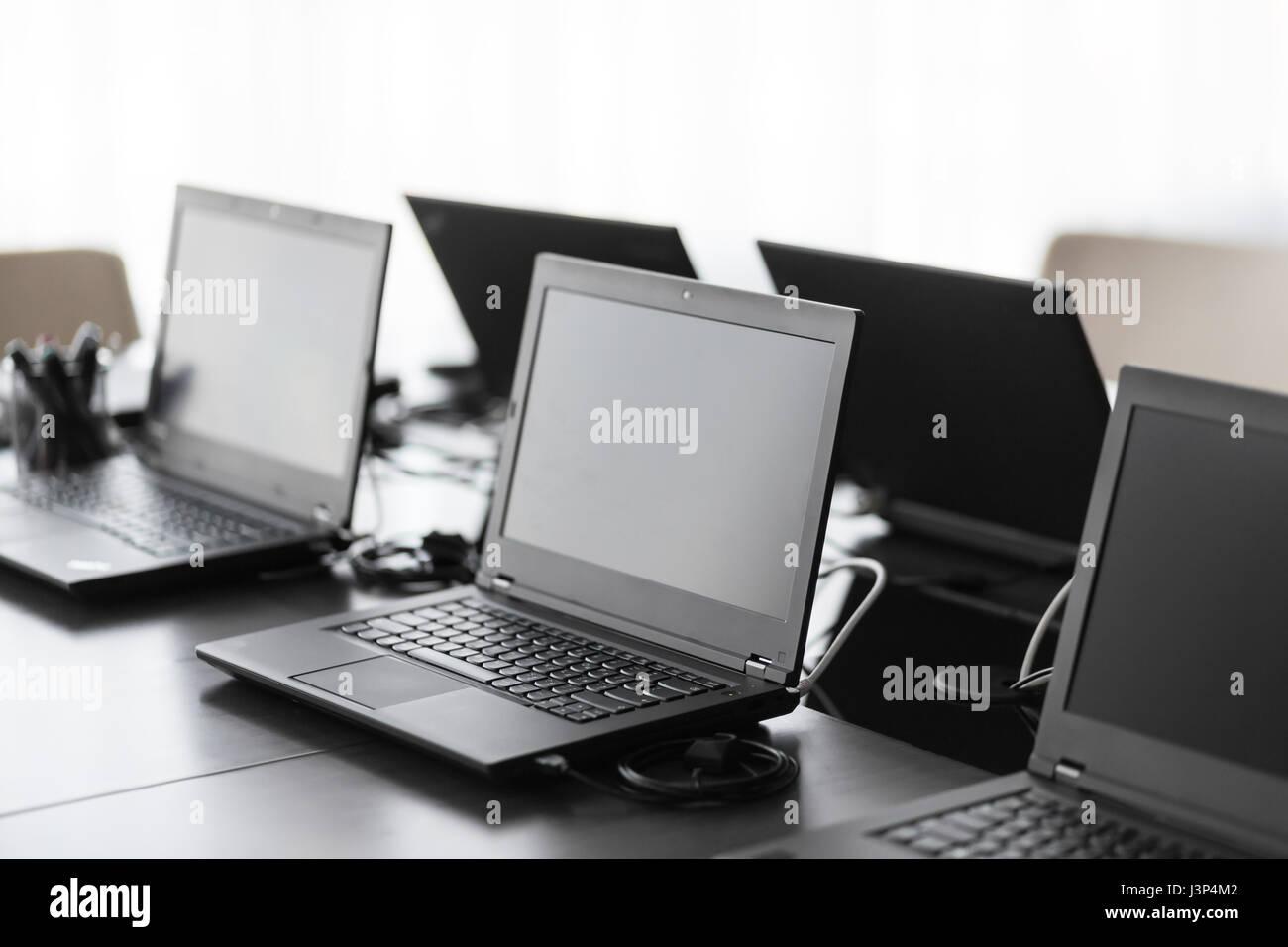 Salle de conférence moderne avec meubles ordinateurs portables