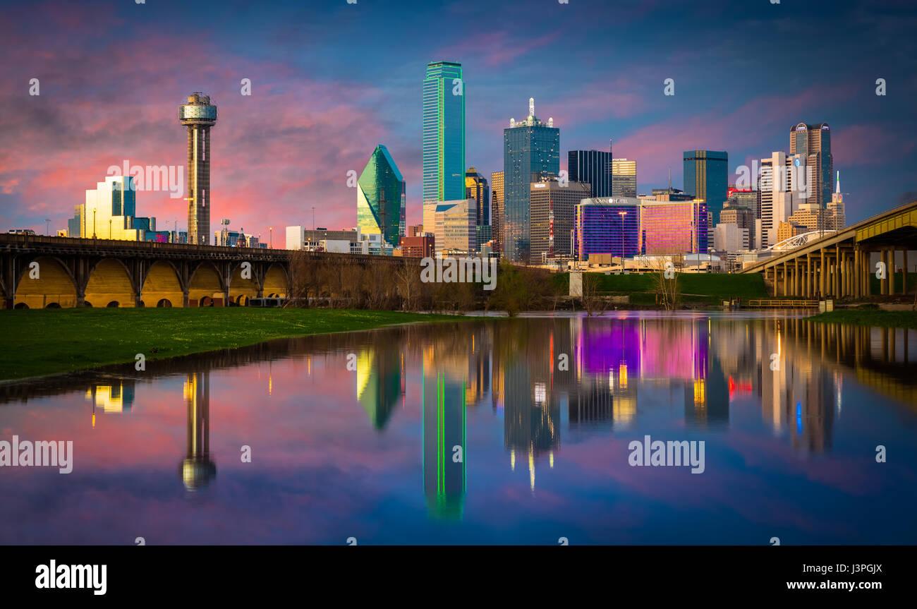 Le centre-ville de Dallas, Texas reflétant dans la rivière de la Trinité Photo Stock