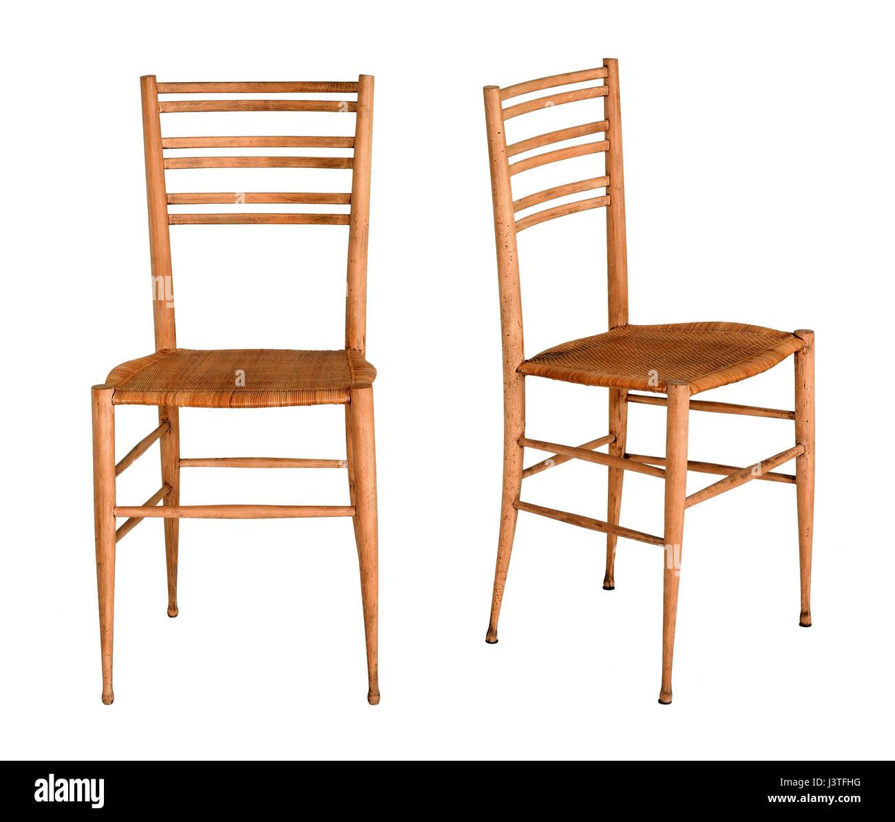 Deux fruitwood ou cuisine en bois simple chaise de salle à manger illustrée dans deux orientations isolated on white Banque D'Images