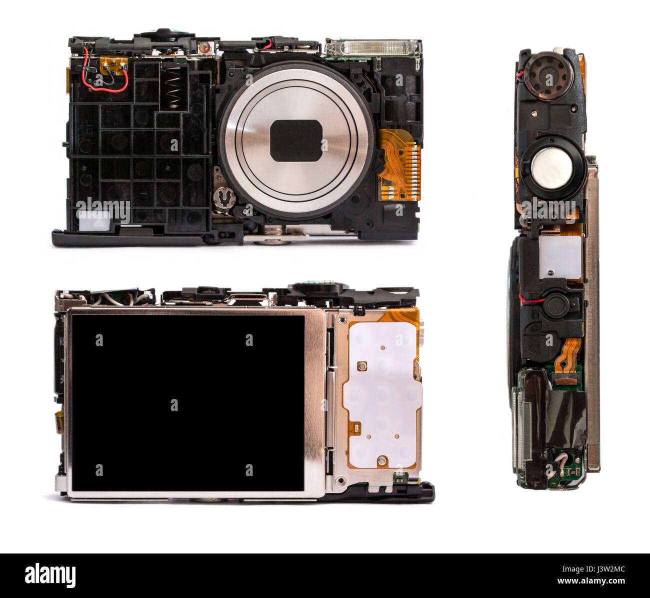 Appareil photo numérique démonté sous différents angles. Détails de l'appareil photo cassé isolé sur fond blanc. Réparation de la technique photographique. Banque D'Images