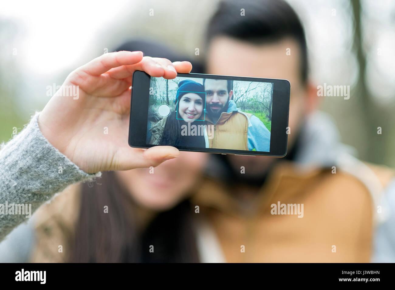 Un couple prend selfies Banque D'Images
