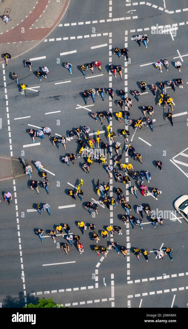 BVB fans sur la façon d'Stadion, l'intersection Hohe Strasse, Südwall, Hiltropwall et Hansastraße, Photo Stock