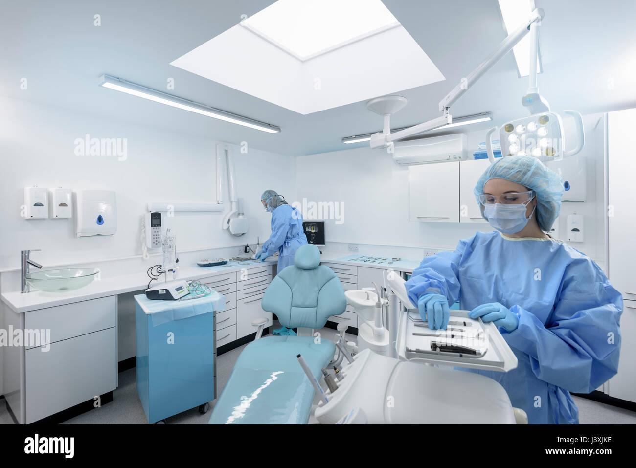Dentiste et la préparation de l'assistant dans la salle de traitement de chirurgie dentaire Photo Stock