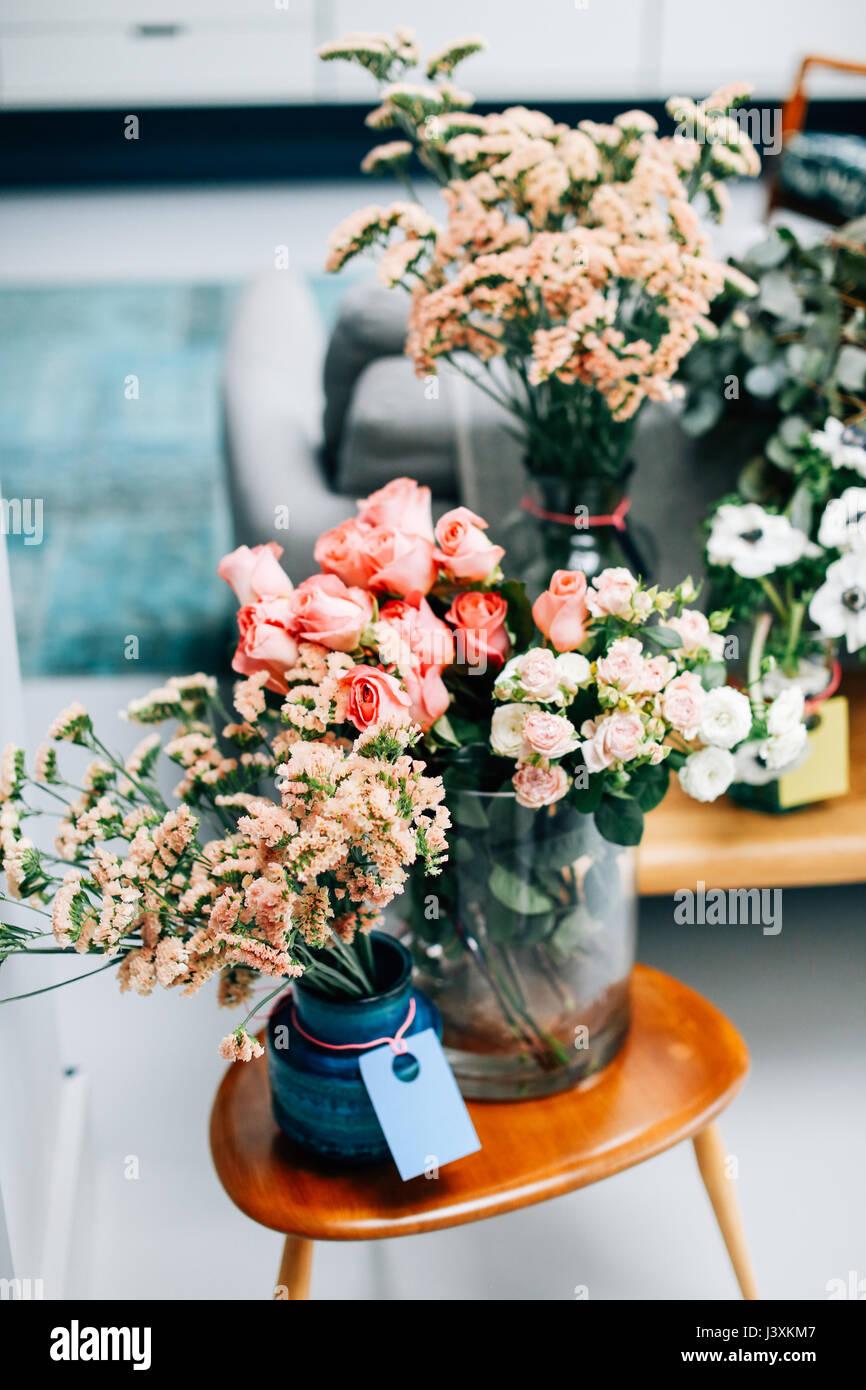 Affichage de fleurs coupées sur une table basse dans un fleuriste Photo Stock