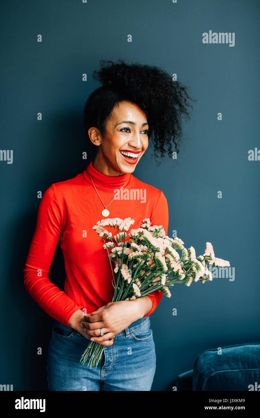 Portrait of happy holding fleuriste fleurs coupées Photo Stock