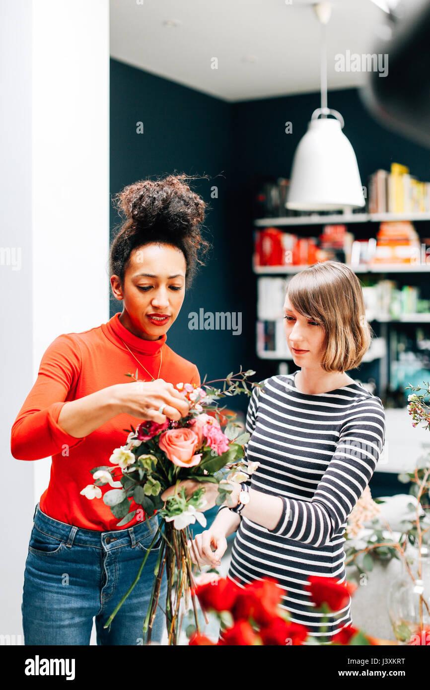 Étudiant à fleuriste montrant l'arrangement floral atelier Photo Stock
