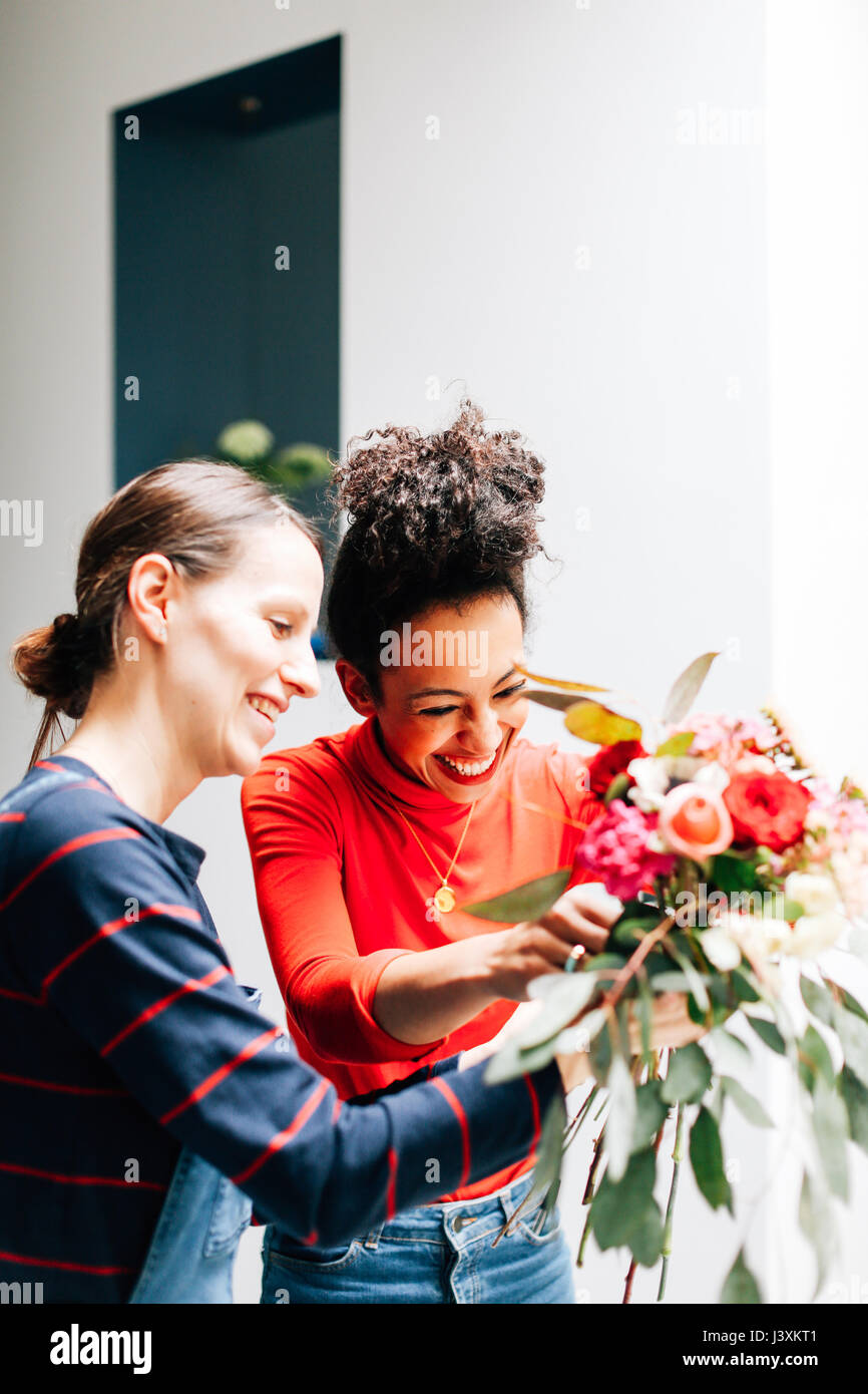 Fleuriste et l'organisation étudiante à l'atelier floral bouquet Photo Stock