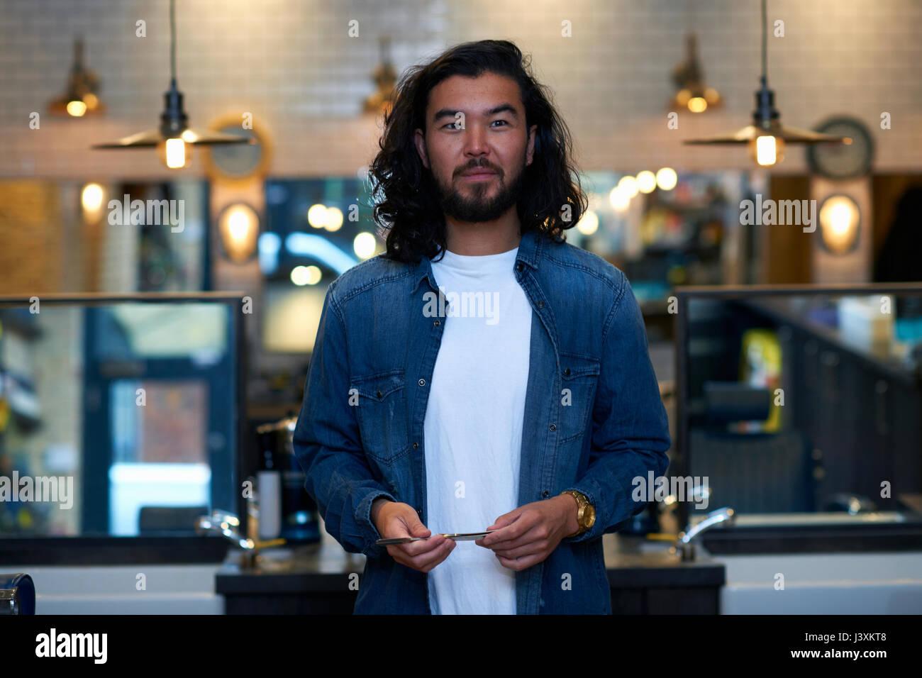 Portrait de coiffure holding rasoir droit dans le style rétro de coiffure Photo Stock