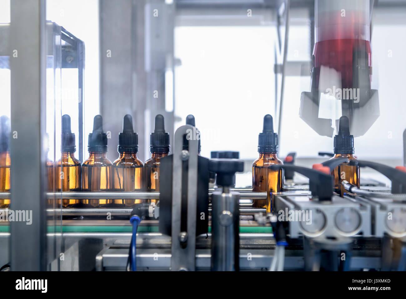 Les bouteilles en fabrique de produits pharmaceutiques Photo Stock