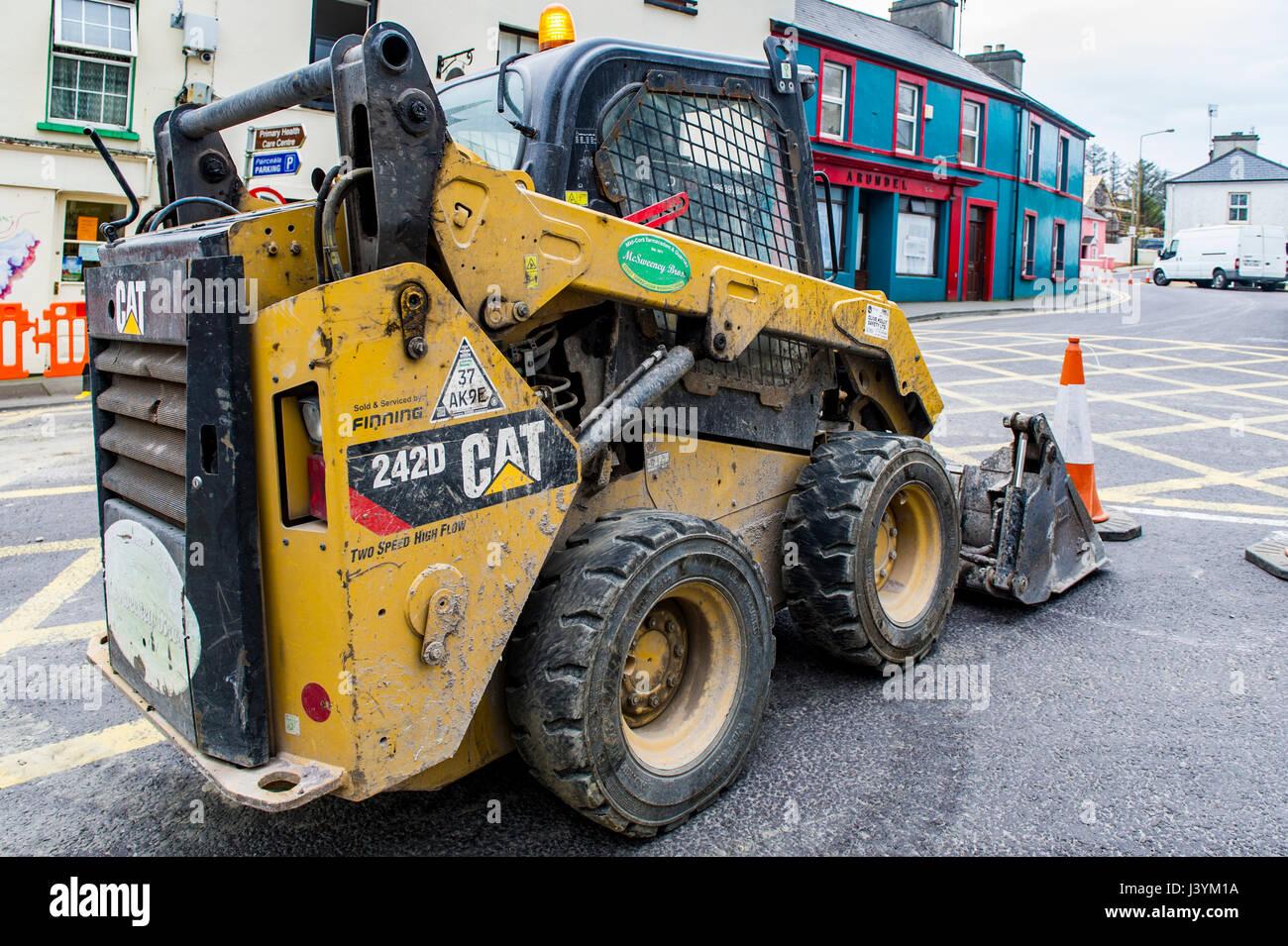 Caterpillar CAT 242D Chargeur compact à Schull, rue Main, Schull, West Cork, Irlande au cours des travaux avec Photo Stock