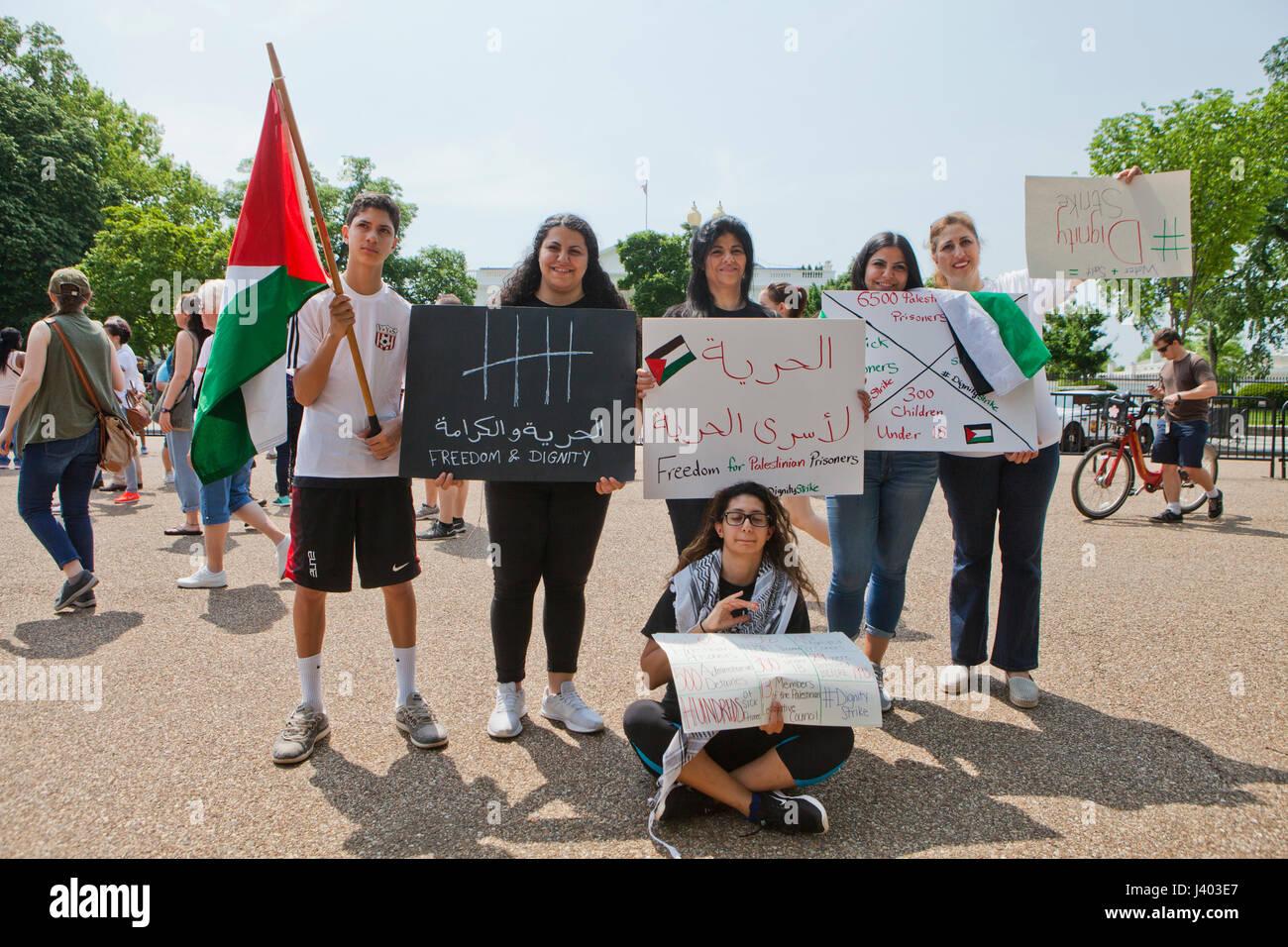 Palestinian-Americans hold 'la liberté et la dignité des panneaux à l'appui de la Palestine Photo Stock
