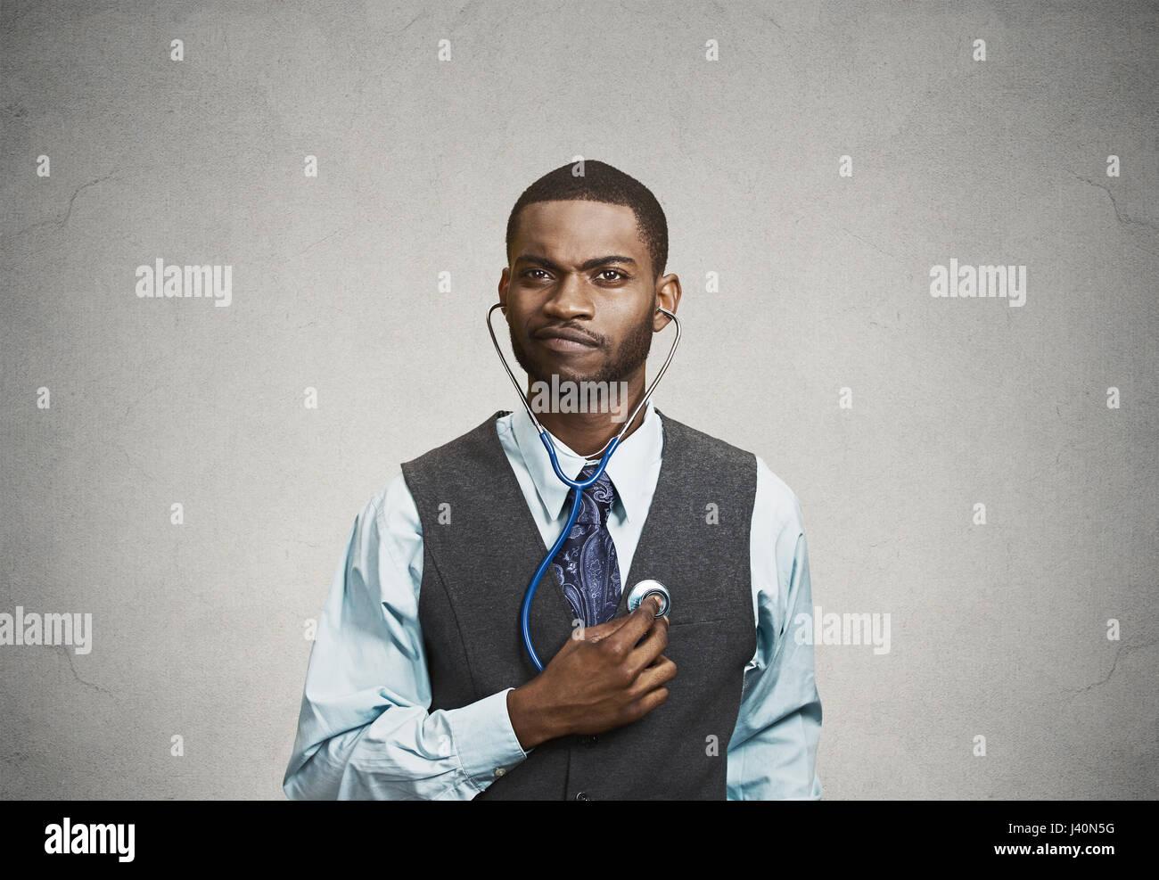 Closeup portrait homme exécutif grave, personne d'affaires, des travailleurs à l'écoute de Photo Stock