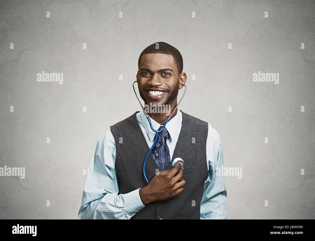 Closeup portrait smiling man exécutif, de personne d'affaires, des travailleurs à l'écoute Photo Stock