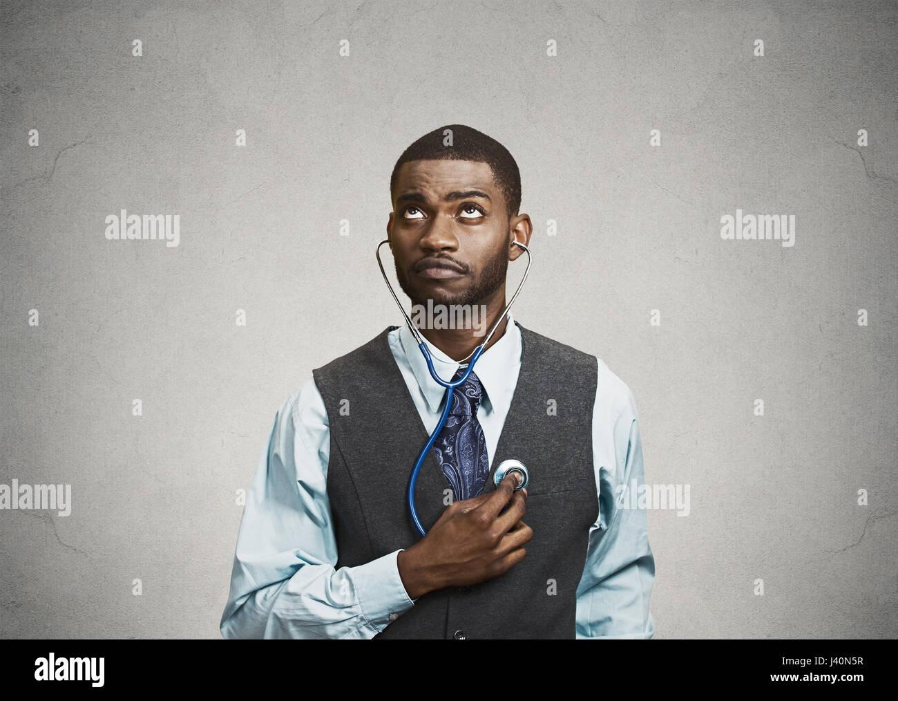 Closeup portrait homme exécutif, de personne d'affaires, des travailleurs à l'écoute de son Photo Stock