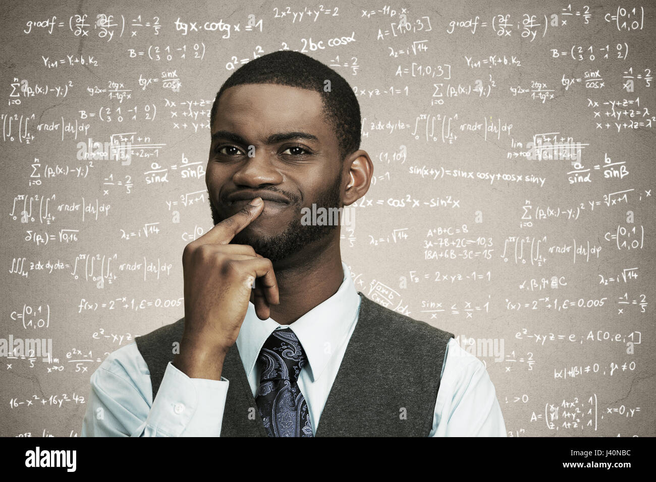 Closeup portrait jeune homme d'affaires confus doigt sur les lèvres, pensant profondément à quelque chose, à la perplexité, isolé, fond gris noir math fo Banque D'Images