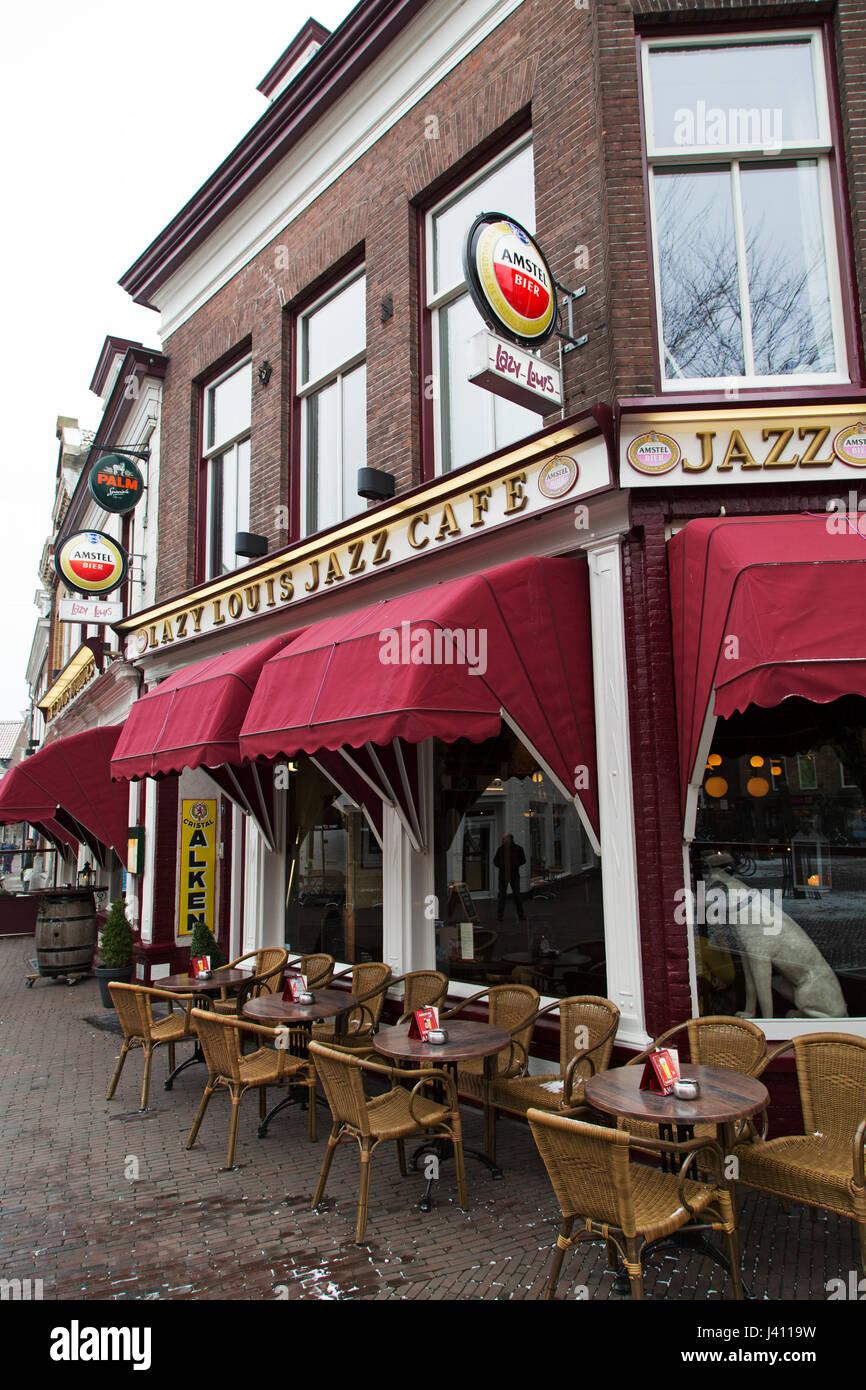 Le paresseux Louis Jazz Cafe à Amersfoort, aux Pays-Bas. Stand des chaises à l'extérieur de la Photo Stock