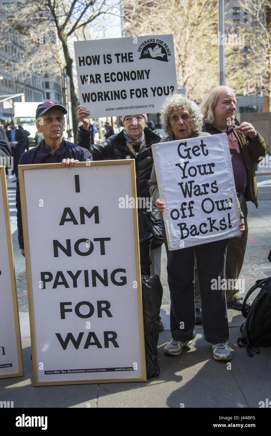 Des manifestants anti-guerre manifester devant l'Internal Revenue Service (IRS) à Manhattan sur tax day Photo Stock
