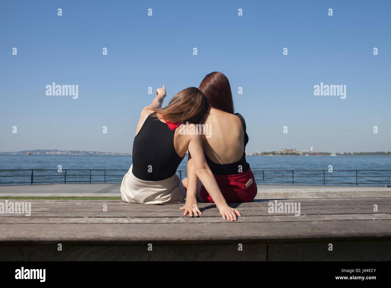 Vue arrière de deux jeunes femmes s'asseoir Photo Stock
