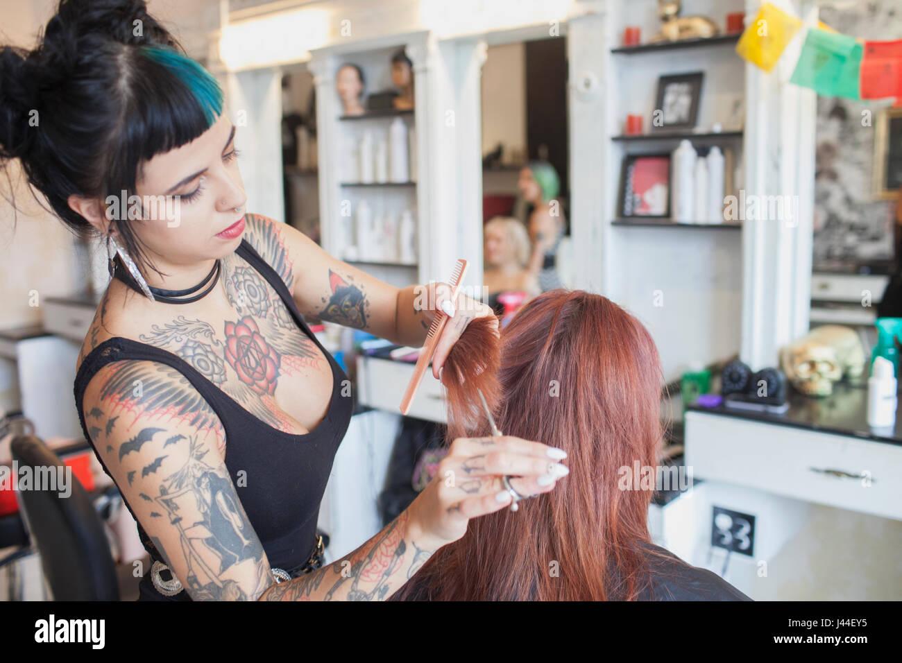 Un coiffeur styling des cheveux d'un client. Photo Stock