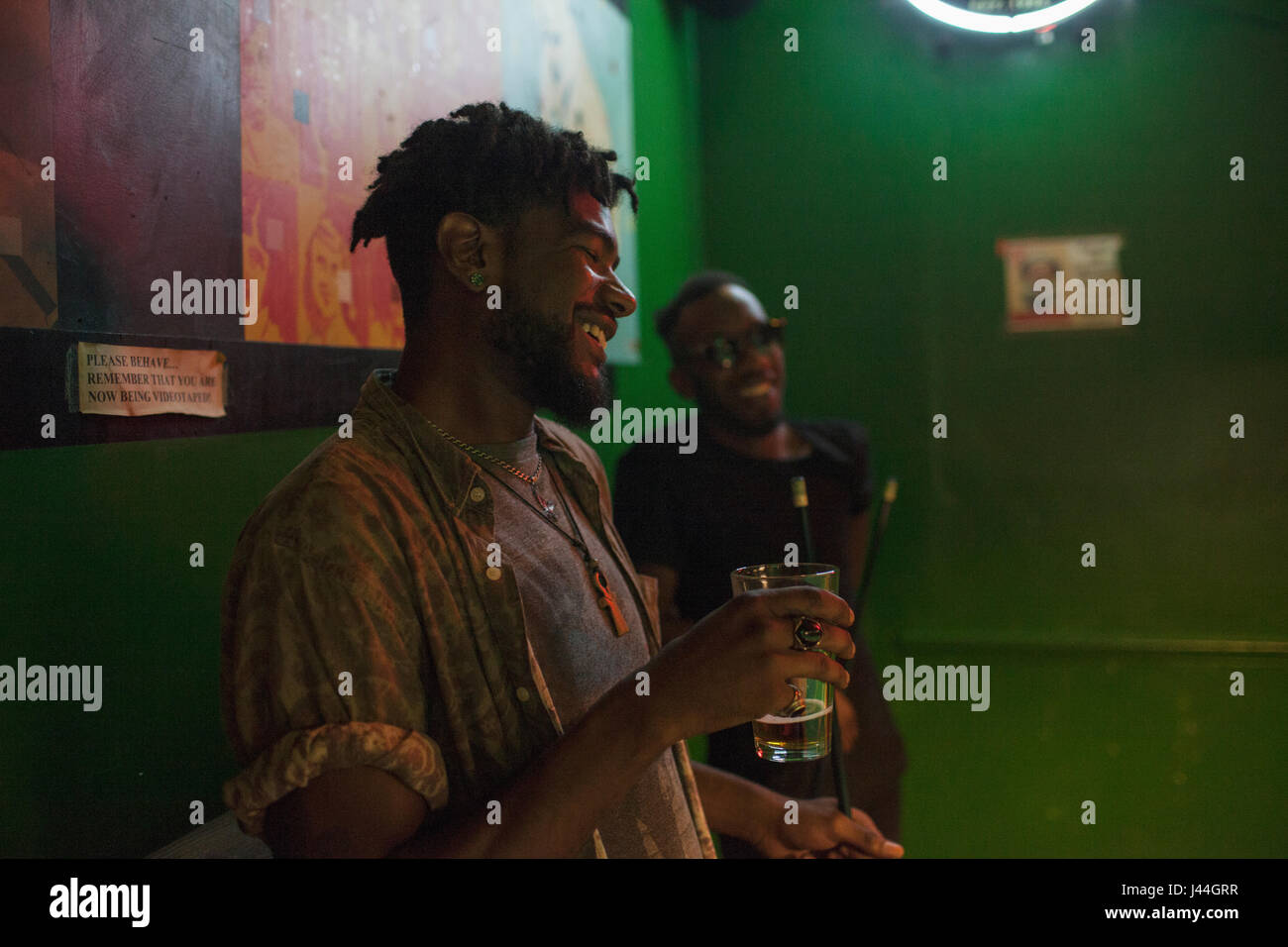 Deux jeunes hommes dans un bar. Photo Stock
