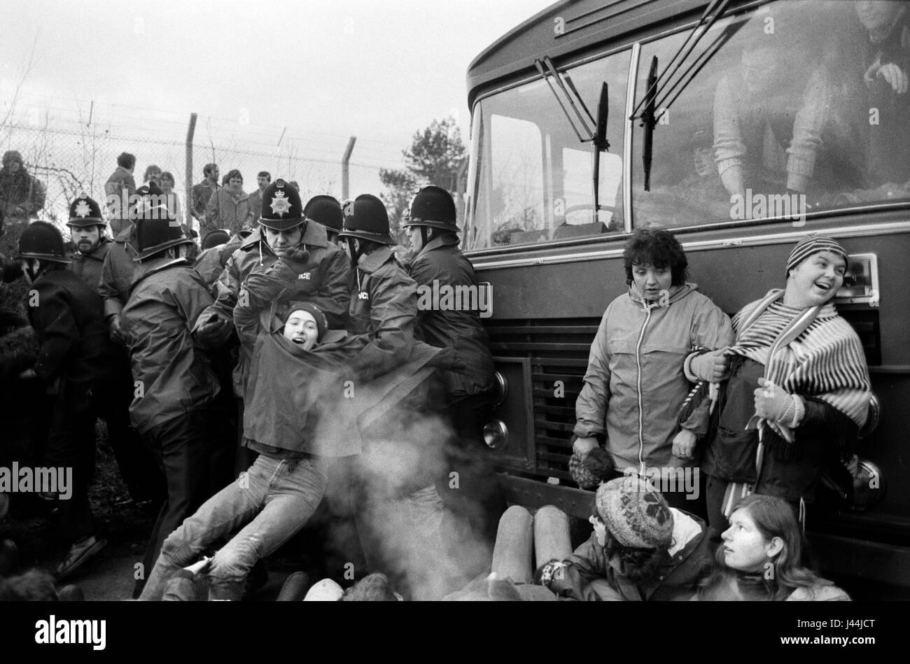 Greenham Common Womens mouvement de paix. Les femmes l'arrêt d'un bus avec les travailleurs entrant Photo Stock