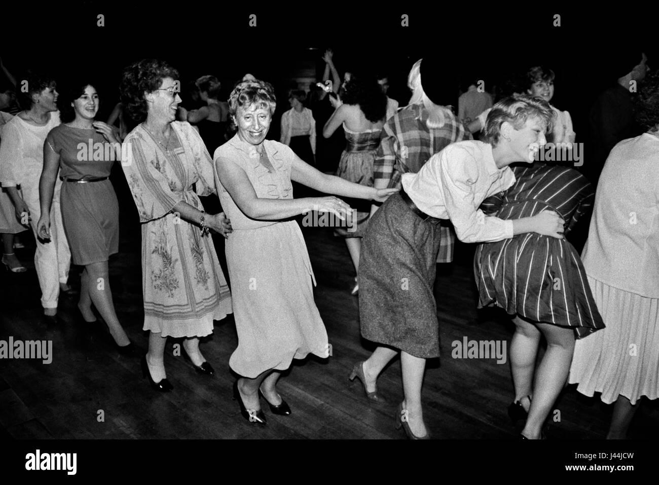 Ligne Conga toutes seules les filles femmes danser ensemble des années 80, Londres Uk ballroom hen party privé. Photo Stock