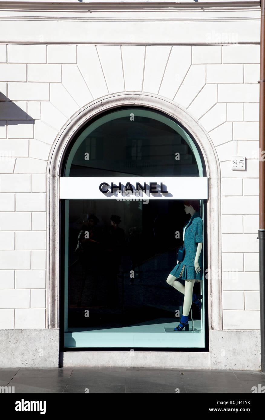 Boutique de mode de Chanel à Piazza di Spagna à Rome, Italie. Vitrine. ab08fefc969