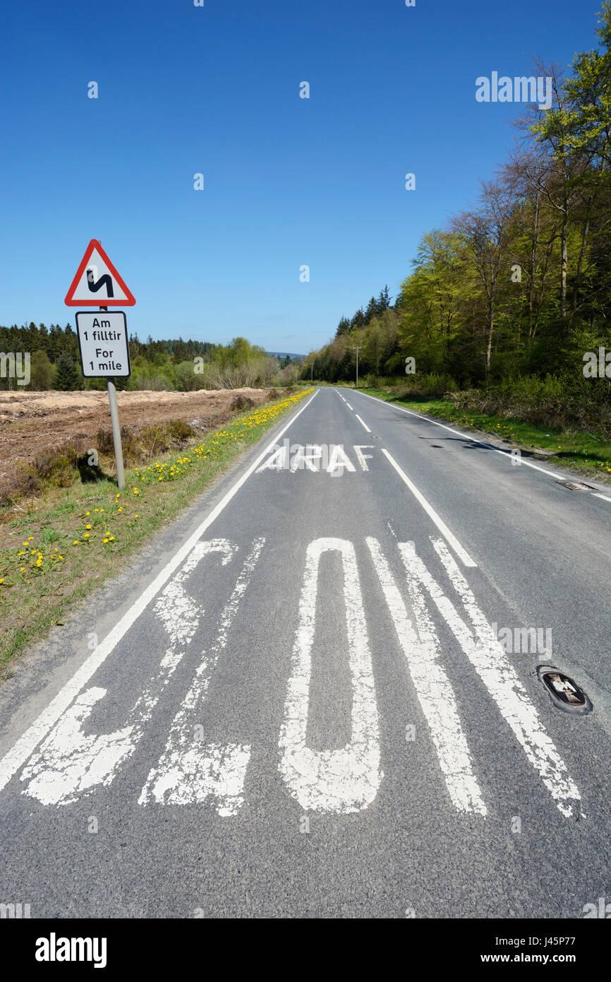 Affiche bilingue et marquages routiers dans le Nord du Pays de Galles dans les deux et gallois Enlish - un Saesneg Photo Stock