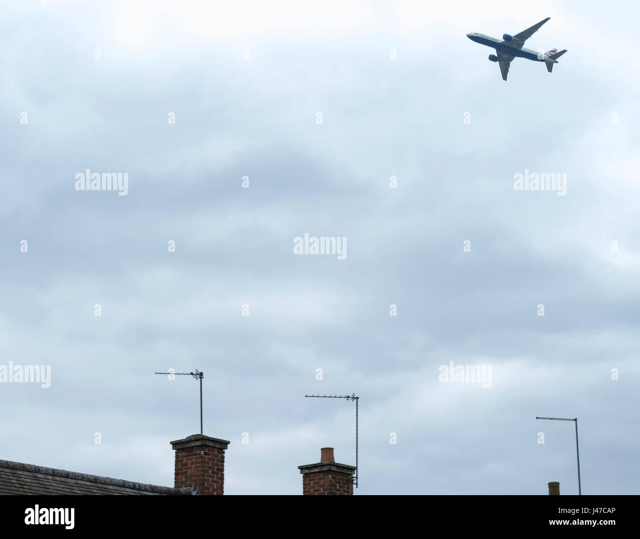 Les aéronefs volant à basse altitude près de l'aéroport d'Heathrow de Londres Photo Stock