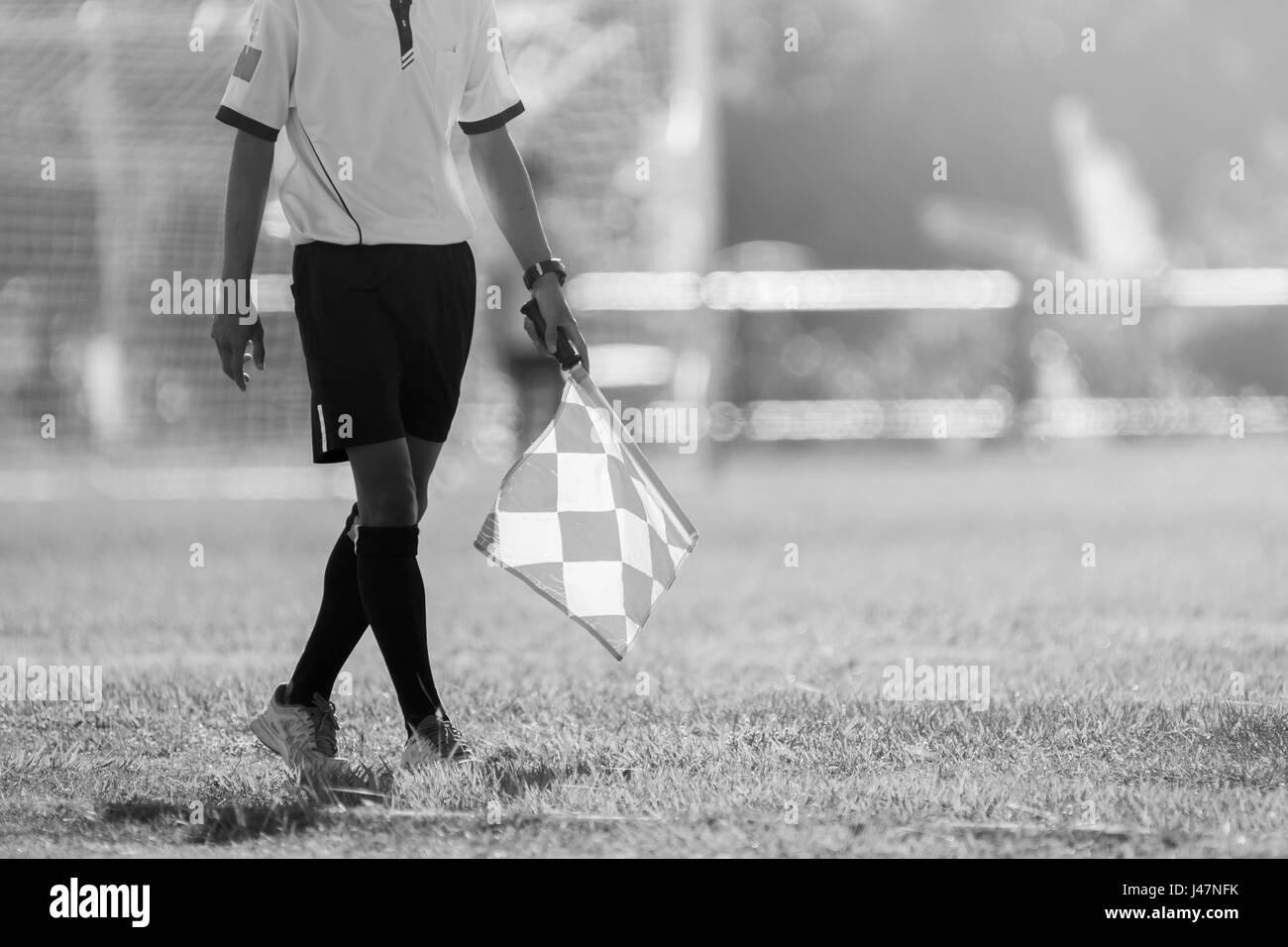 Arbitre Assistant se déplaçant le long de la ligne de touche lors d'un match de football. Arbitre Photo Stock