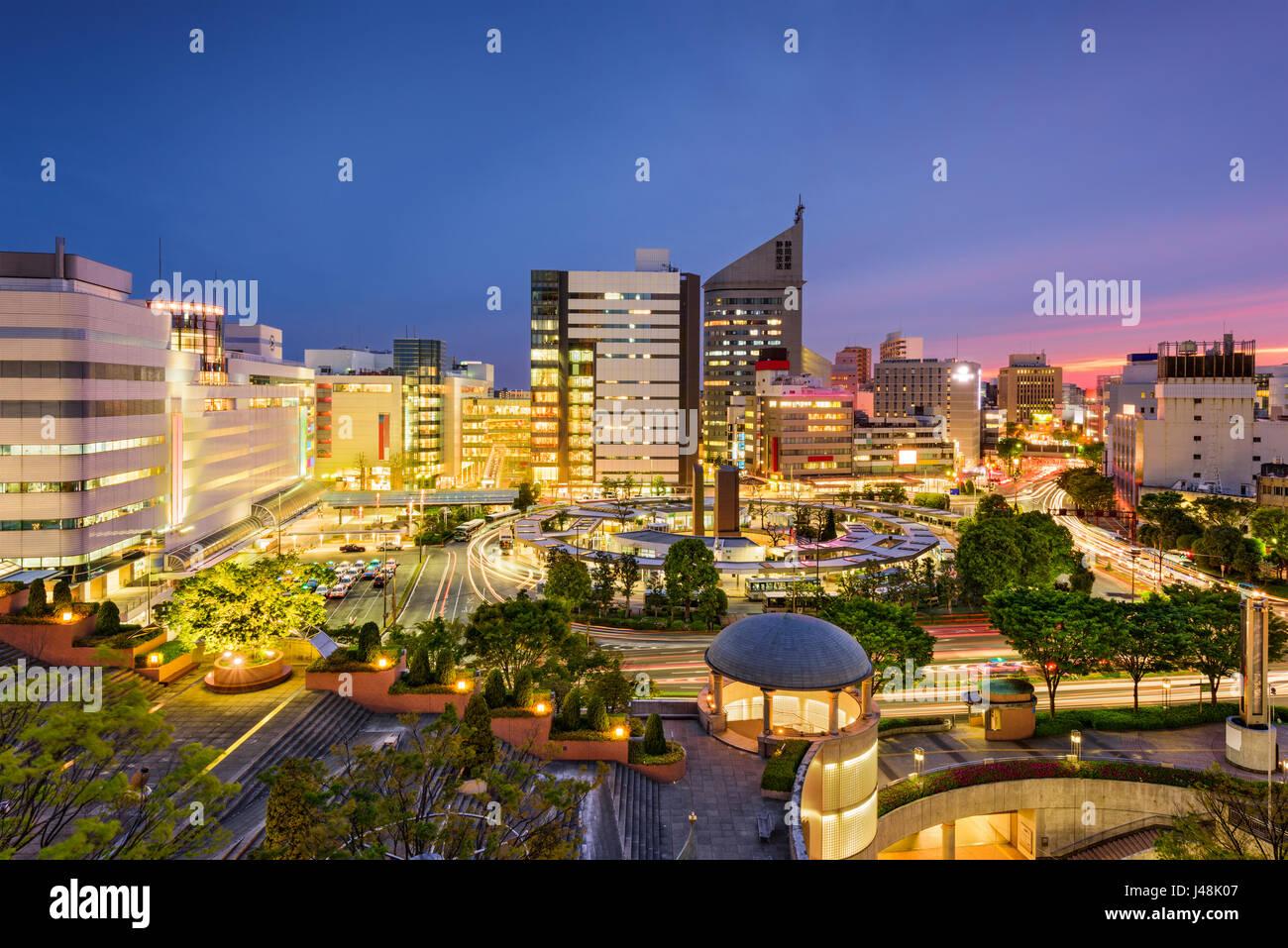 Hamamatsu au Japon sur les toits de la ville au crépuscule. Photo Stock