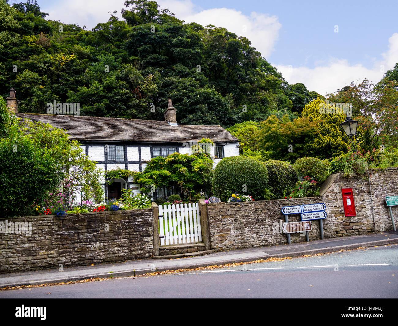 Chalet et Jardin dans le petit village de Pott Shrigley, Cheshire, Angleterre. Banque D'Images