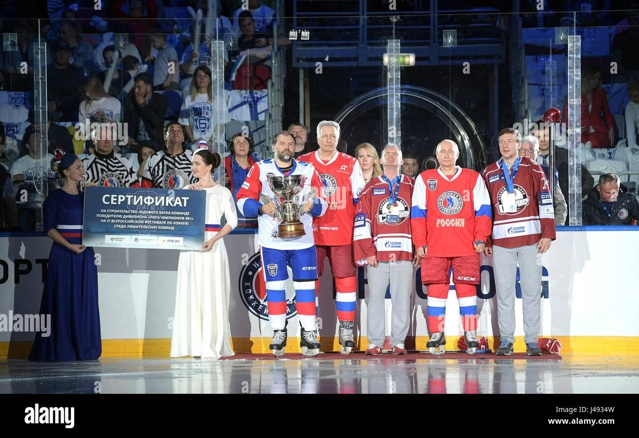 Sochi, Russie. 10 mai, 2017. Le président russe Vladimir Poutine portant un maillot rouge avec le numéro Photo Stock