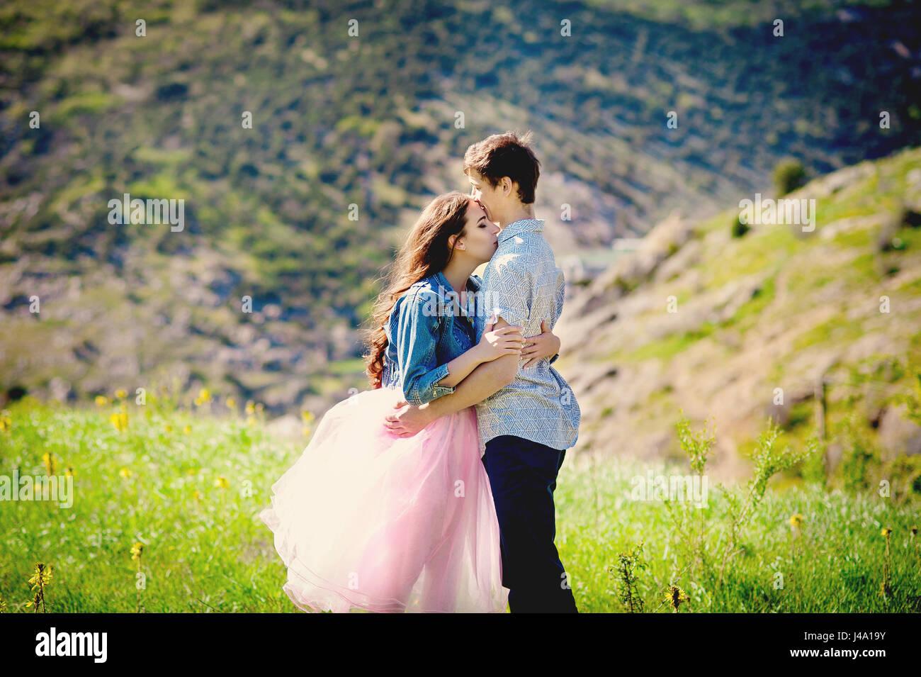 Locations de couple en train de marcher ensemble dans l'amour maintenant autour de l'autre. Jeune couple Photo Stock