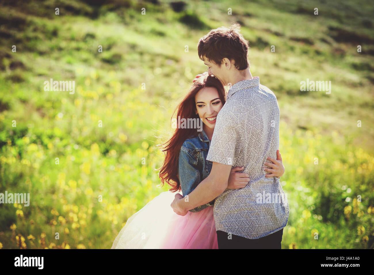 Smiling couple dans l'amour à l'extérieur. Heureux concept de vie. Histoire d'amour Photo Stock