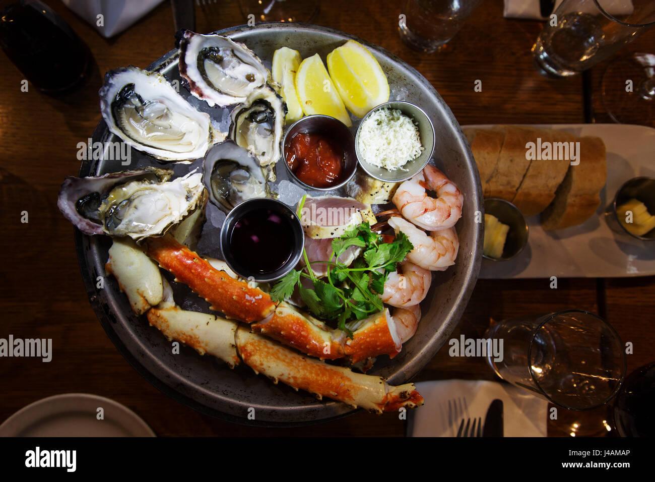 Un plateau de fruits de mer de produits locaux servis dans la région de Vancouver, Canada. La nourriture est Photo Stock