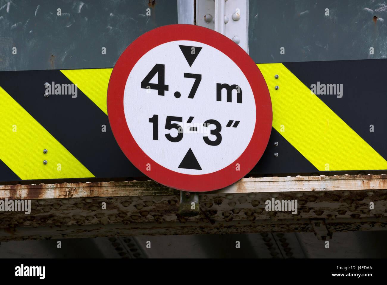 Pont de chemin de fer, signe de la limitation de hauteur, UK Photo Stock