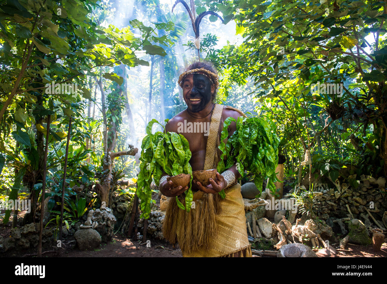 L'homme traditionnel habillé dans la jungle, Ekasup Village culturel, Efate, Vanuatu, Pacifique Photo Stock