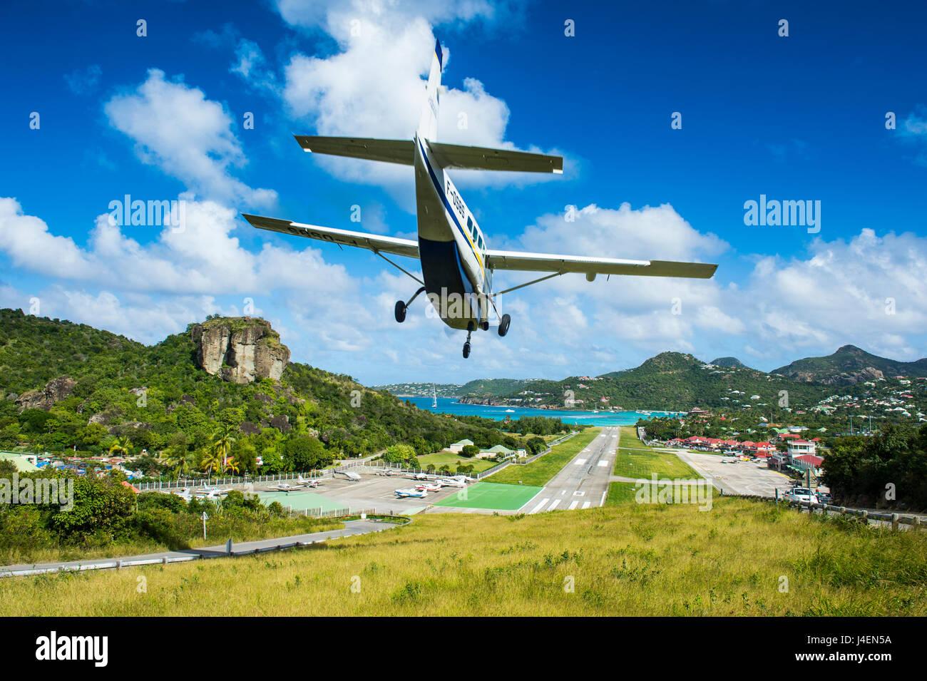 petit-avion-a-l-atterrissage-a-l-aeropor