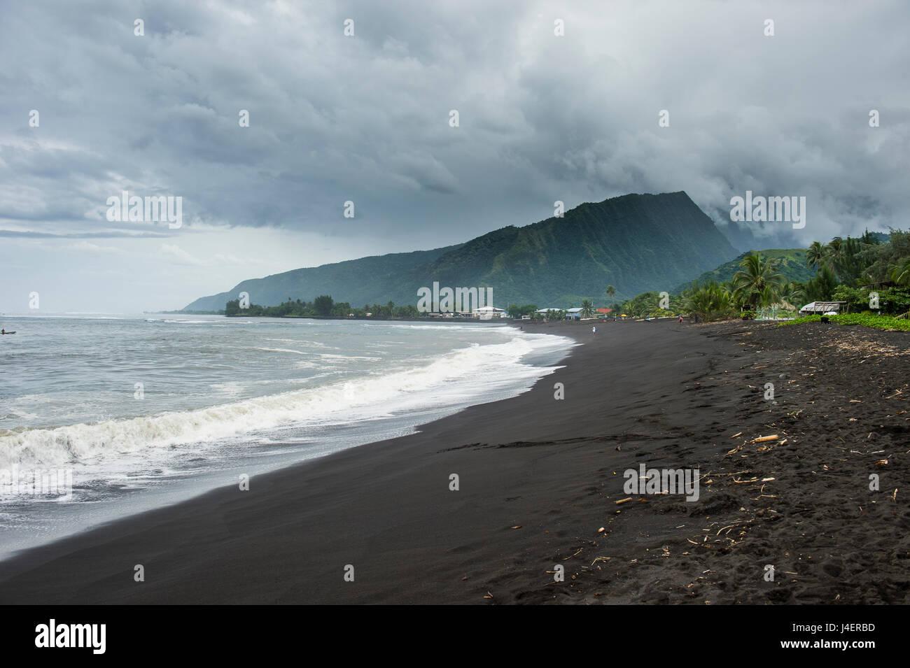 Plage volcanique de sable noir Taharuu, Tahiti, îles de la société, Polynésie Française, Photo Stock
