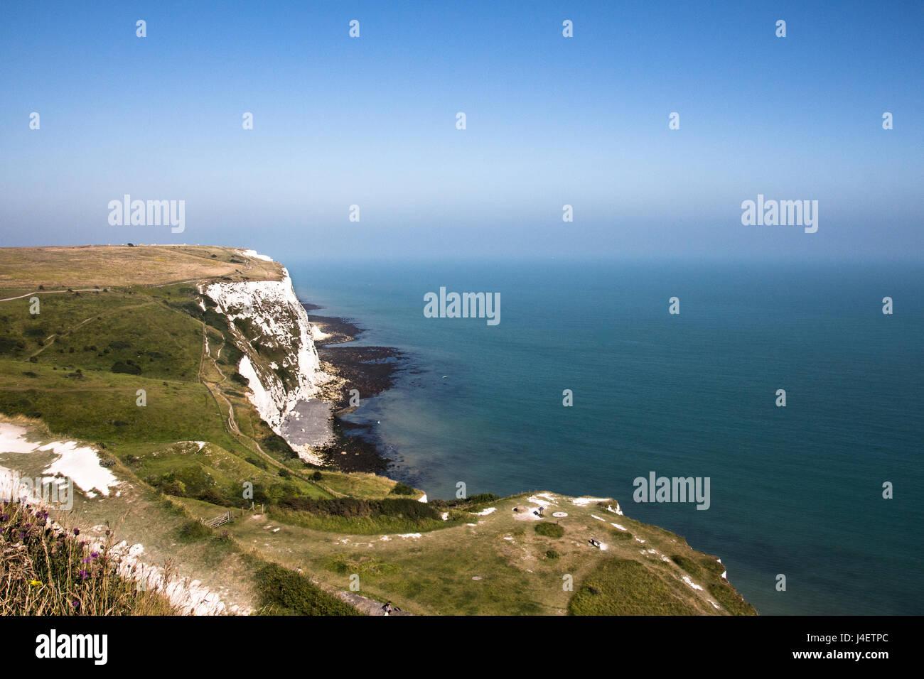 Les falaises blanches de Douvres sur un ciel bleu ensoleillé jour. Photo Stock
