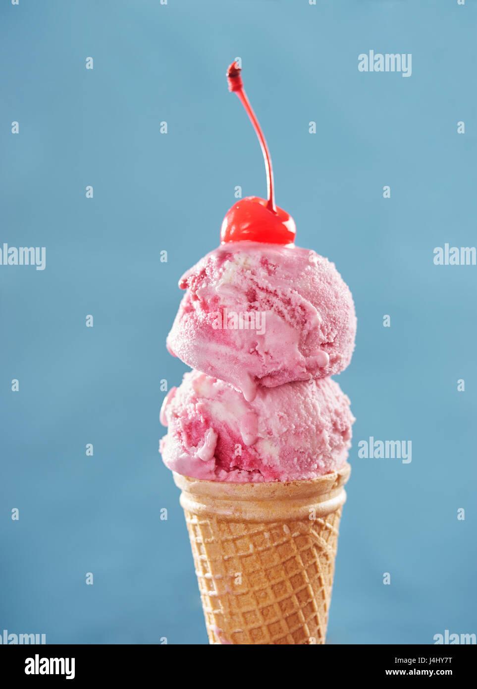 Pink ice cream cone avec Cherry Photo Stock