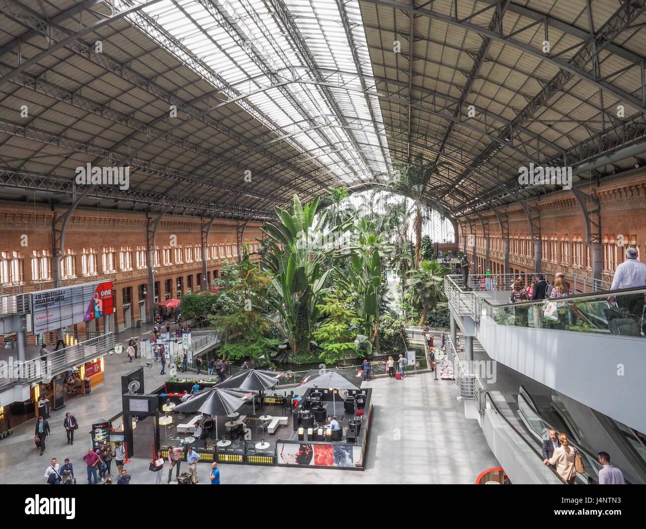 Vue d'escalator escalators à l'intérieur de la gare d'Atocha Estacion de Atocha Madrid Espagne Photo Stock